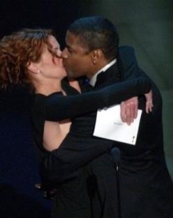 julia-roberts-beija-o-ator-denzel-washington-depois-de-entregar-a-ele-o-oscar-de-melhor-ator-pela-atuacao-no-filme-dia-de-treinamento-em-los-angeles-24302-1351446583812_325x410