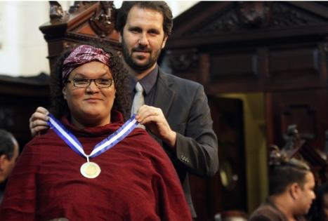 Gilmara recebendo medalha. Foto: Alerj/Divulgação