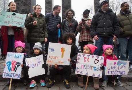 Crianças e adultos protestando em Washington. Foto:Brian R. Smith/AFP/Getty Images