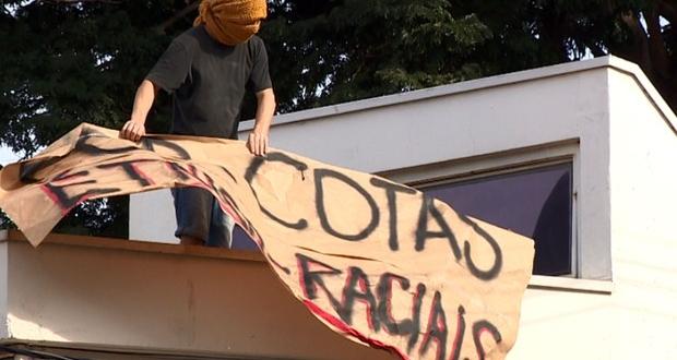 Cartaz sobre cotas raciais durante as manifestações de 2016. (Foto: Reprodução EPTV)