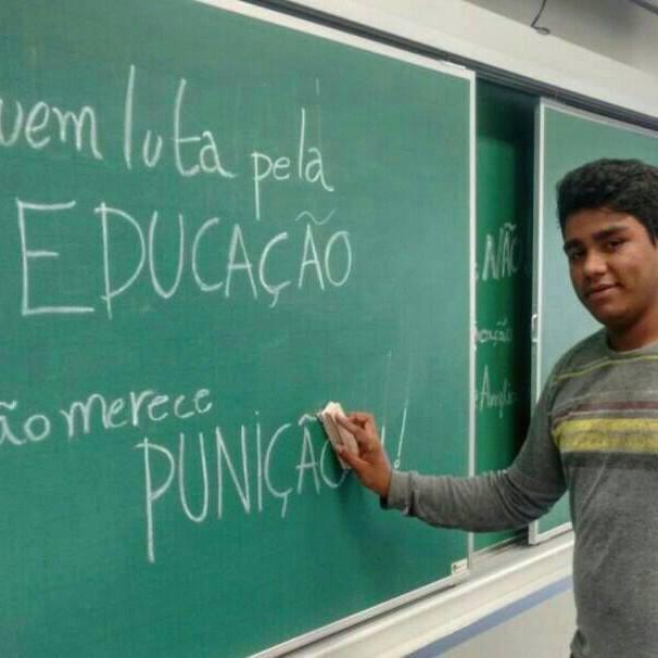 """Guilherme Montenegro escreve """"quem luta pela educação não merece punição"""". Foto: Reprodução/Coletivo Domínio Público"""