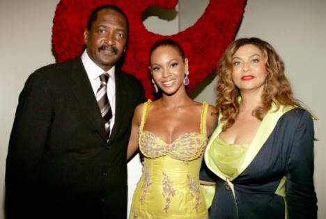 À direita, Tina Knowles, mãe de Beyoncé